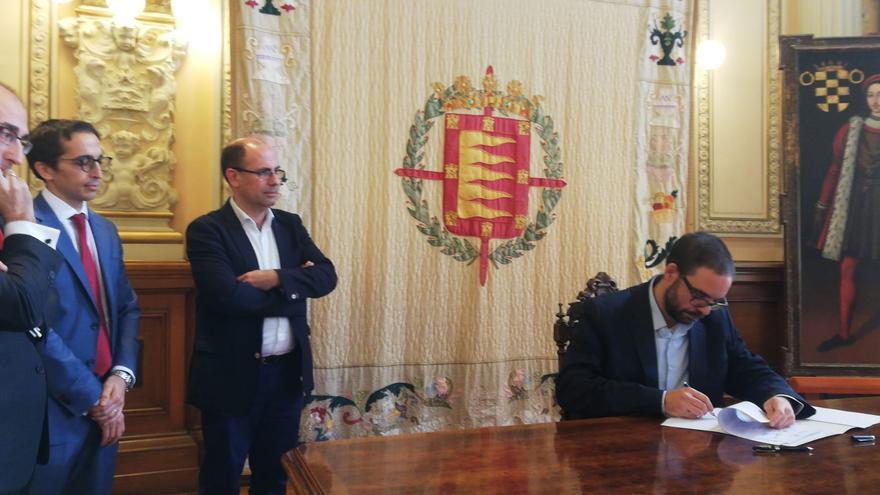 El gerente de Auvasa, Álvaro Fernández Heredia, firma el acuerdo.