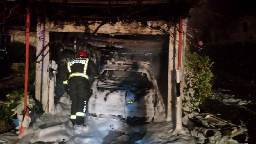 Un incendio en un garaje de Iruz calcina un turismo, un remolque y otros bienes de los propietarios