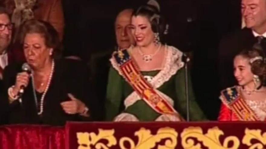 La alcaldesa de Valencia, Rita Barberá, junto a la Fallera Mayor de 2015, Estefanía López, en la Crida