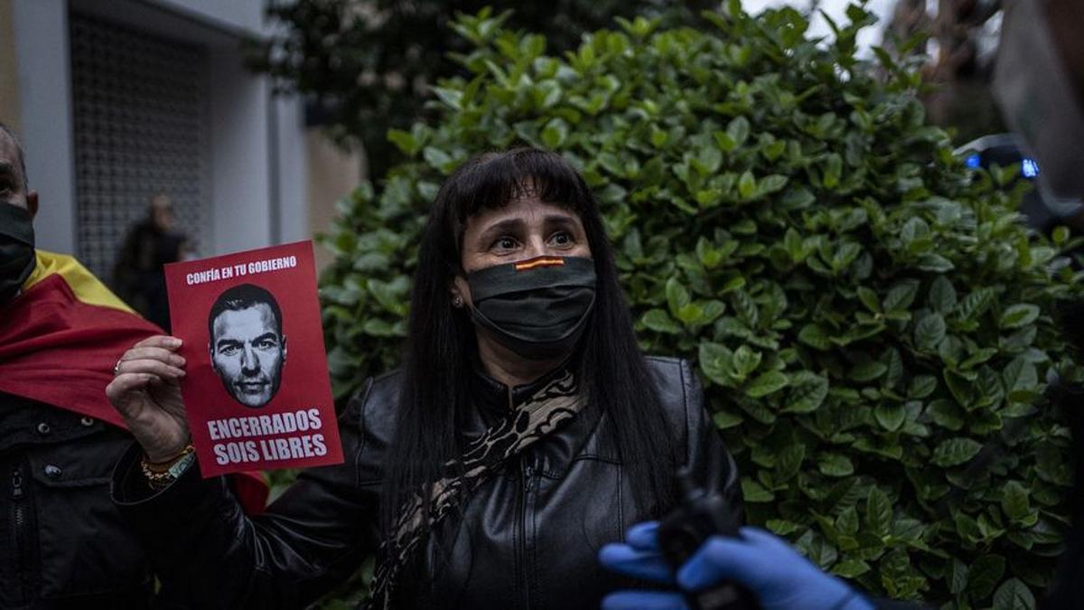 Manifestante en contra del confinamiento decretado por el Gobierno
