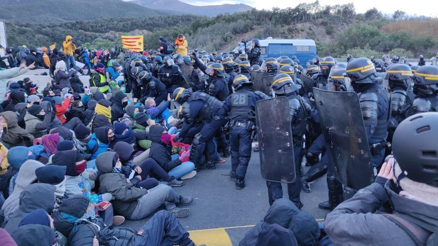 Empieza a desalojar a los manifestantes del Tsunami Democràtic que bloquean la frontera con Francia