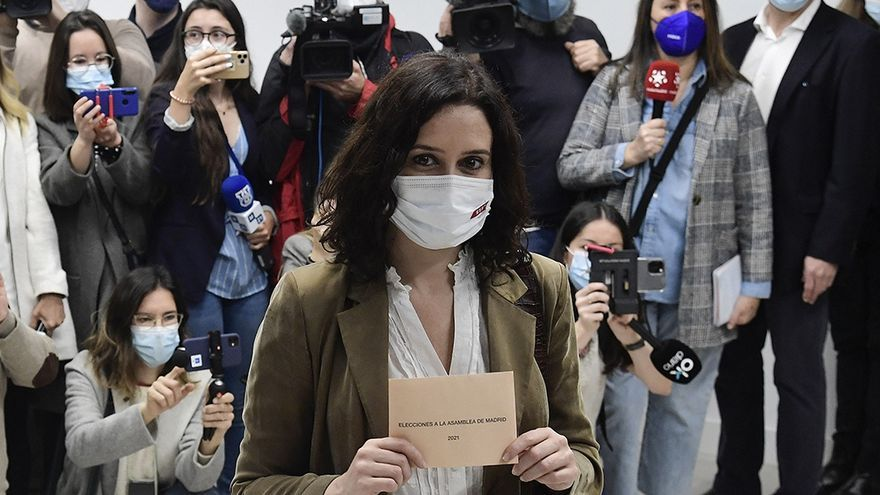 La candidata Isabel Díaz Ayuso emite su voto en las elecciones autonómicas anticipadas que ella había convocado como presidenta de Madrid, y que le aseguraron al Partido Popular (PP) un segundo mandato sólido y un gobierno a solas si necesitar alianzas.