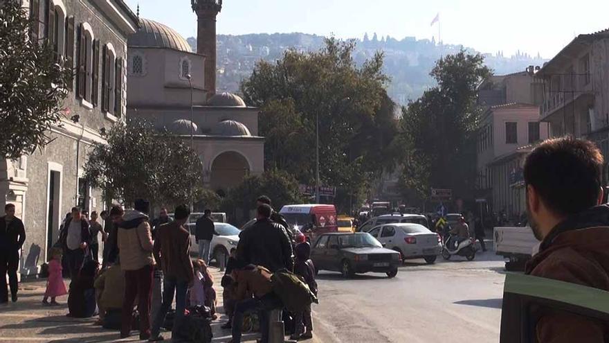 Plaza de Basmane en Izmir, Turquía, punto de encuentro de los traficantes con los migrantes que llegan en busca de un bote para navegar a Grecia. / Foto: Alicia Armesto y Javier Romero.