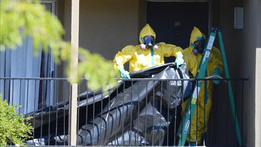 Personal sanitario desinfecta el apartamento de Thomas Eric Duncan, la persona que falleció por ébola en EEUU tras viajar desde Liberia.