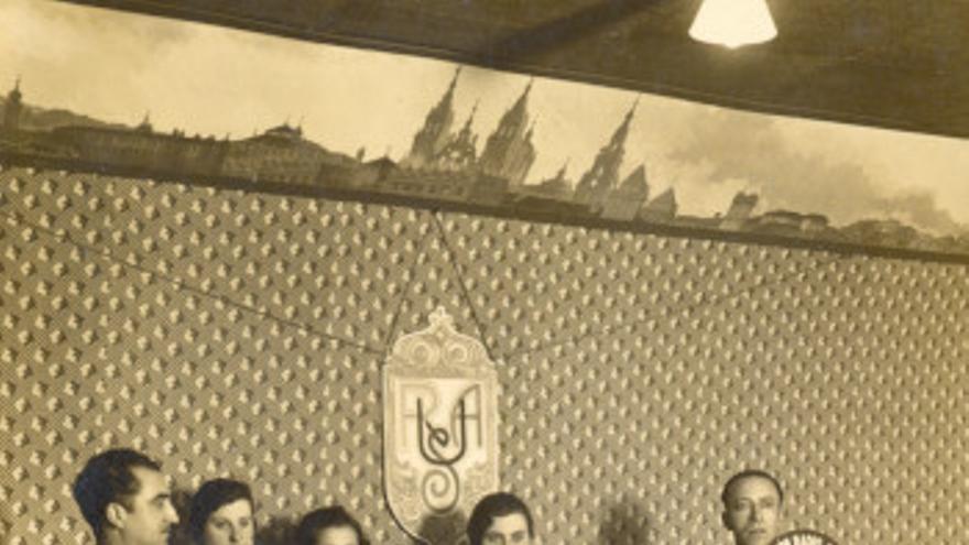 Fraguas, primero por la izquierda, con el elenco de 'Vaites... vaites', en Unión Radio Galicia en 1933