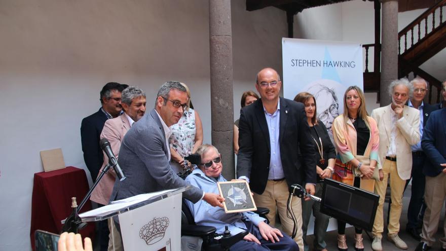 Stephen Hawking en el momento de recibir la 'estrella'. Foto: JOSÉ AYUT.