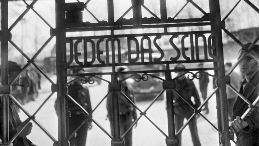 """El lema a la entrada del campo de Buchenwald, que aún se conserva en la actualidad, es """"Jedem Das Seine"""" (a cada cual lo que se merece), toda una declaración de intenciones que todavía hoy cae como una losa en el ánimo de cualquiera (Eric Schwab, Biblioteca Nacional de Francia)."""