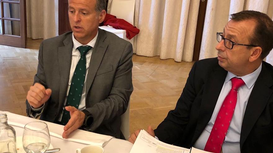 Manuel del Castillo González (izquierda), director general de Cajasiete, junto a José Manuel Garrido, ejecutivo de Relaciones Institucionales