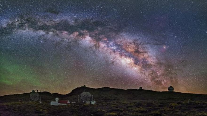 Panóramica nocturna del Observatorio de El Roque de Los Muchachos, con los telescopios Magic a la izquierda. Se muestra parte de la zona donde se prevee instalar los telescopios Cherenkov de CTA. Créditos: Daniel López / IAC.