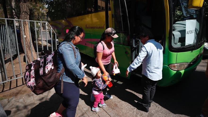 Grupos de ciudadanos venezolanos montan en un autobús, para acogerse al plan de repatriación y volver a Venezuela, este sábado, en Santiago (Chile). Unos 250 inmigrantes venezolanos residentes en Chile decidieron este sábado regresar a su país gracias al programa del Gobierno del país caribeño para llevar de vuelta a sus compatriotas en el extranjero a través de vuelos fletados por las autoridades.