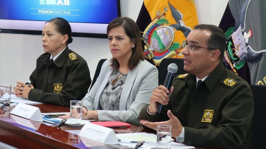 La ministra ecuatoriana del Interior, María Paula Romo (c), habla acompañada por el general Carlos Cabrera, director de la Policía Judicial (d) y la comandante general surrogante, Fernanda Tamayo, este lunes en una rueda de prensa en Quito.
