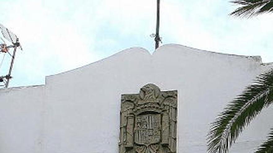Escudo franquista que se halla en el cuartel de la Guardia Civil de Tacoronte