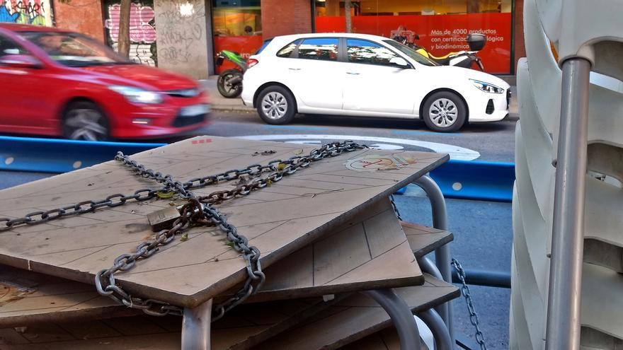 Mesas y sillas de terraza, apiladas junto a la calzada en Madrid | SOMOS MALASAÑA
