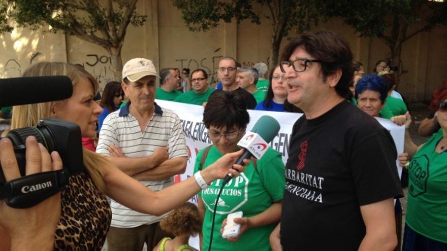 El diputado autonómico de Esquerra Unida Víctor Tormo junto a representantes de la PAH Castellón