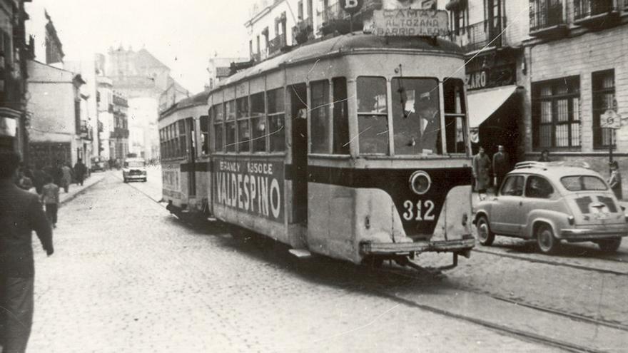 Tranvía atravesando la calle comercial de Triana.