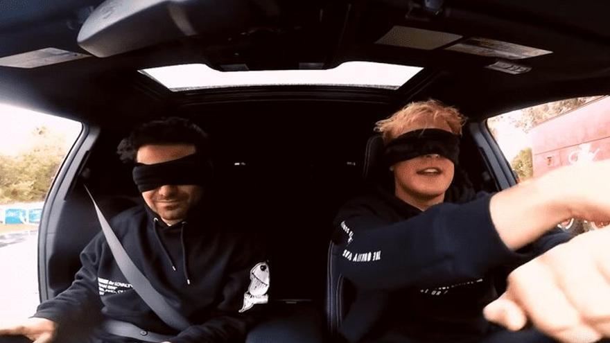 Los Youtubers Geroge Janko y Jake Paul hacen el 'Bird Box Challenge' conduciendo un coche