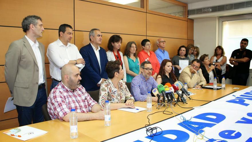 Todos, menos el PP y Ciudadanos, firmando su compromiso con la sanidad pública