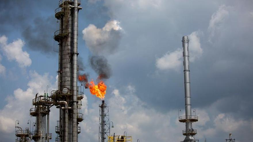 Petrobras vende parte de su participación en los campos petroleros a la francesa Total