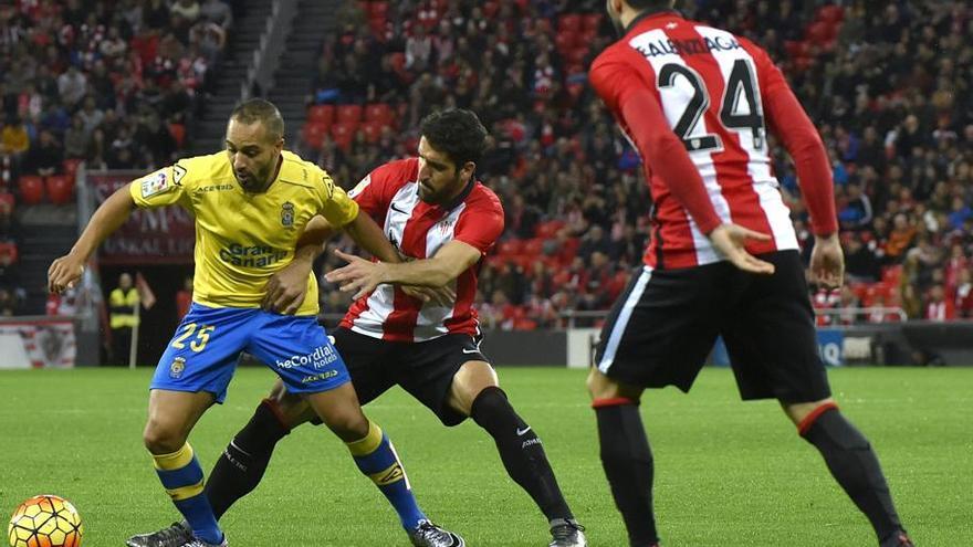 Nabil El Zhar pelea un balón con Raúl García en el encuentro disputado la pasada campaña en el Estadio de Gran Canaria.
