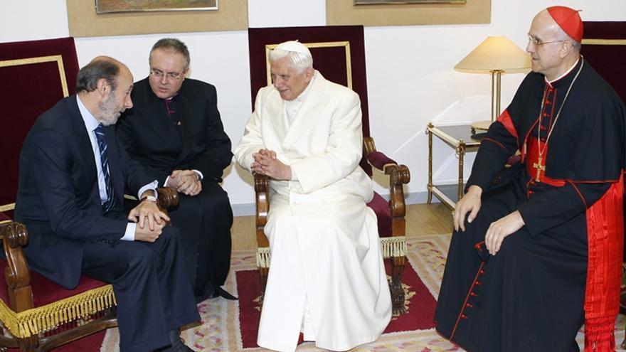 Rubalcaba conversa con el papa Benedicto XVII en Santiago de Compostela