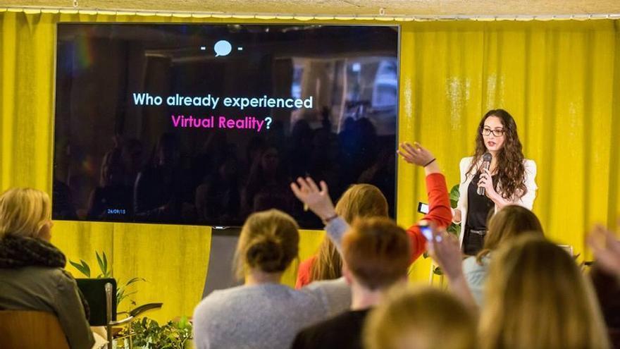 Amandine Flachs, consultora de marketing en realidad virtual, durante una conferencia