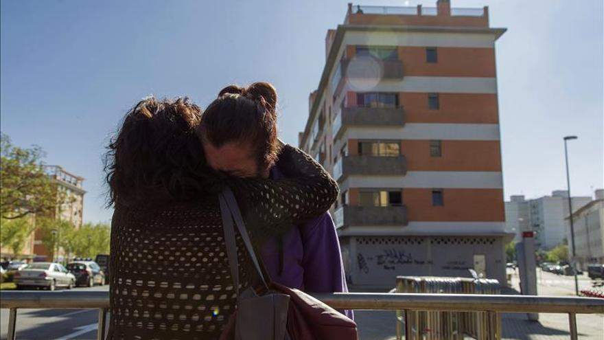 Una vecina de La Corrala La Utopía en Sevilla es consolada el pasado 6 de abril tras el desalojo iniciado por la Policía Nacional
