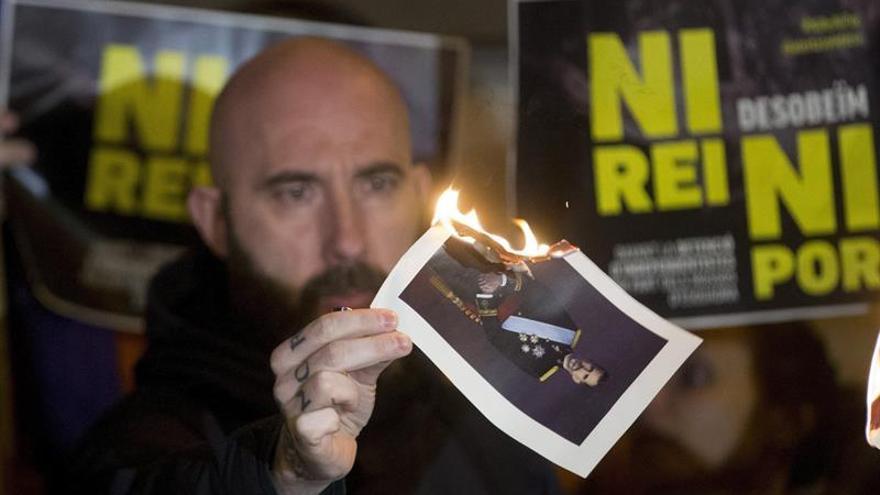 Cargos electos de la CUP queman fotos del Rey en una quincena de plazas catalanas