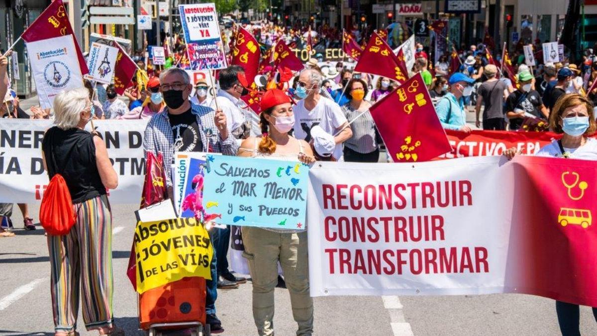 Cerca de 5.000 manifestantes abarrotan la Gran Vía de Murcia en el día de la comunidad