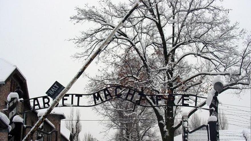 Un clásico de Auschwitz: el trabajo te libera