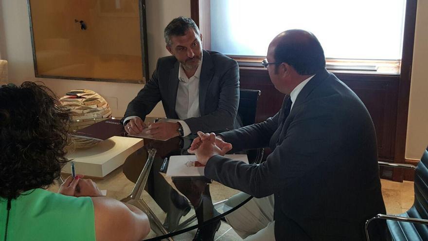 El portavoz de Podemos Oscar Urralburu y Pedro Antonio Sánchez, reunidos en San Esteban
