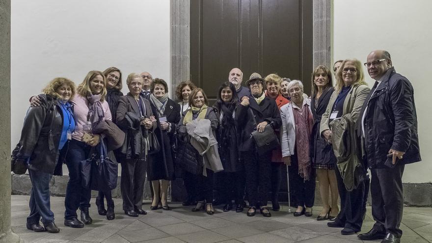 Representantes de las asociaciones de la Memoria Histórica de Canarias con la presienta del Parlamento regional y diputados.