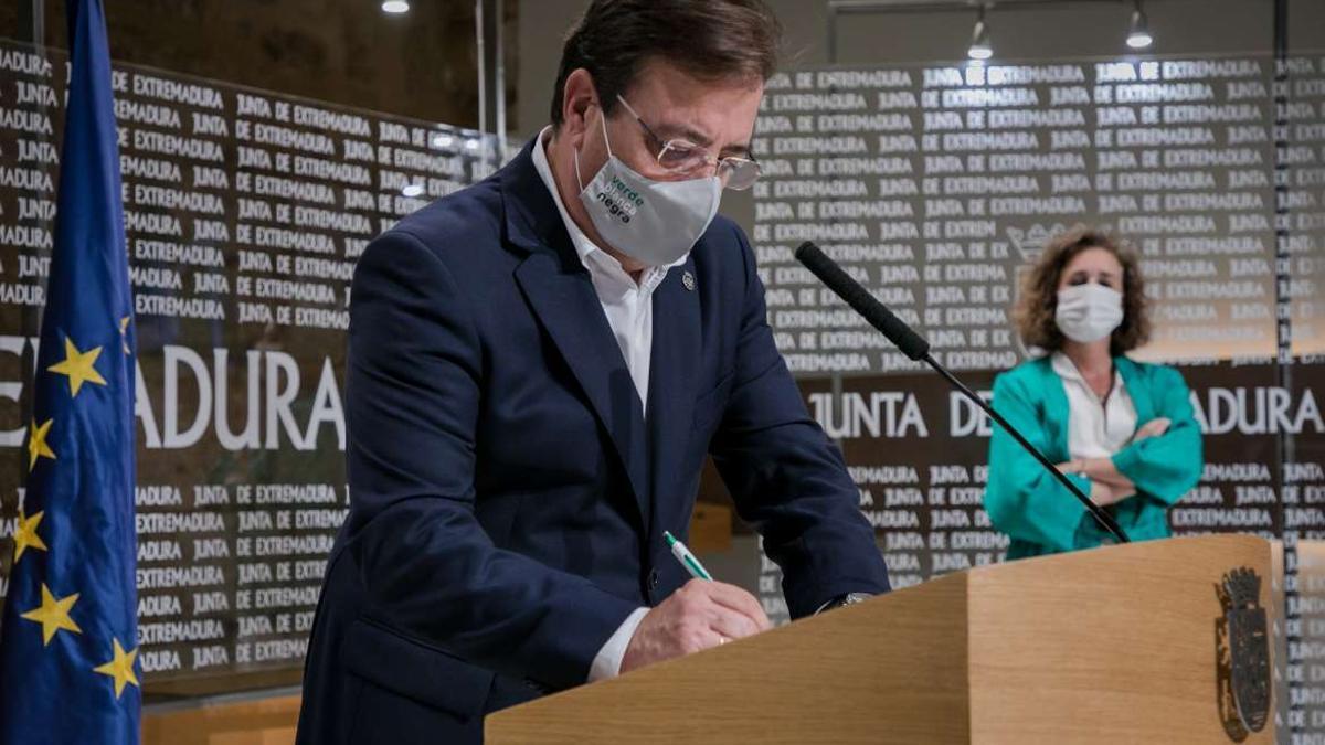 El presidente de la Junta, Guillermo Fernández Vara, ha firmado este martes el Plan de Energía y Clima de Extremadura 2021-2030