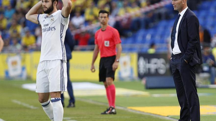 El entrenador del Real Madrid, en francés Zinedine Zidane, durante el partido frente a la UD Las Palmas de la sexta jornada de la Liga de Primera División en el estadio de Gran Canaria. EFE/Ángel Medina G.