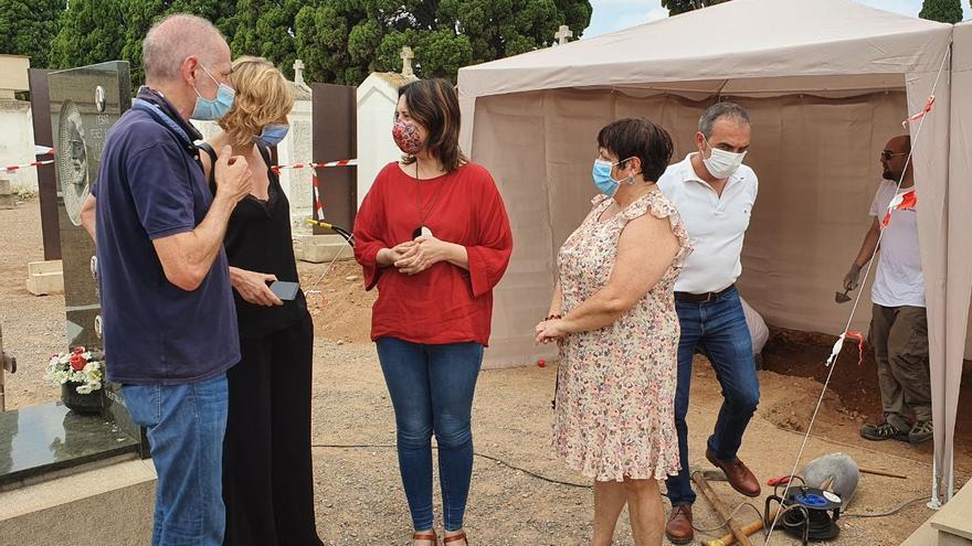 La consellera Rosa Pérez, de rojo en el centro de la imagen, visita los trabajos de exhumación de la fosa común en el cementerio de Castelló.