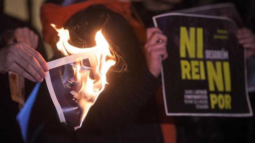 Unos cien independentistas queman fotos del Rey ante la Guardia Civil de Manresa