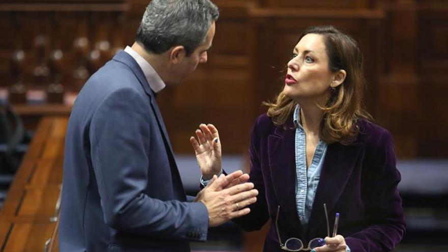 Miguel Jorge Blanco, junto a Cristina Tavío en el Parlamento de Canarias