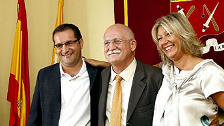 Los tres concejales de CC posan para los medios tras su renuncia. (ACFI PRESS)