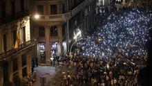 Miles de manifestantes se concentran ante la Jefatura de Policía en Barcelona