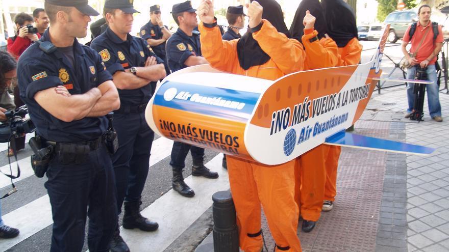 Activistas de Amnistía Internacional durante un acto de protesta en la Embajada de Estados Unidos en Madrid, enero de 2006. © Rocío Carneros / Amnistía Internacional