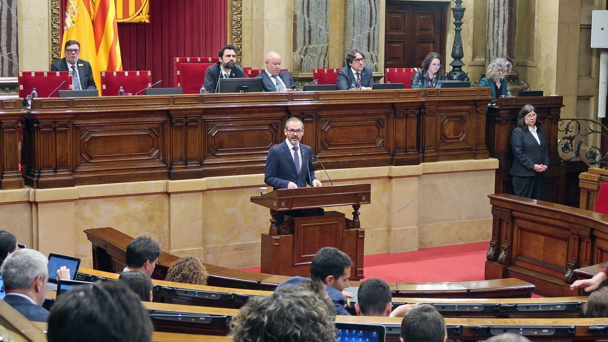 El vicepresidente Josep Costa interviene ante el pleno desde el atril del Parlament en marzo pasado