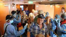 Fotografía cedida por el ministerio de Salud (Minsa) que muestra a trabajadores del Minsa mientras realizan pruebas para detectar personas infectadas con coronavirus el pasado martes, en un crucero, en Ciudad de Panamá (Panamá). EFE