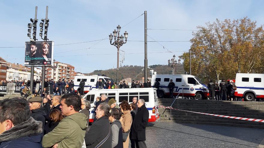Cinco furgones y un cordón policial han acordonado la zona