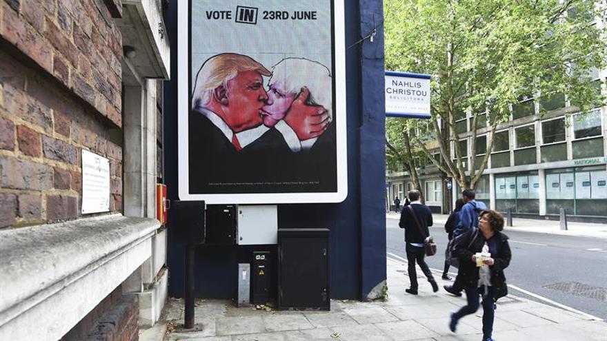 """Un grupo de personas pasa junto a un cartel publicitario en Londres, que anima a los británicos a votar a favor (""""Vote in"""") de la permanecia del Reino Unido en la Unión Europea en el próximo referéndum"""