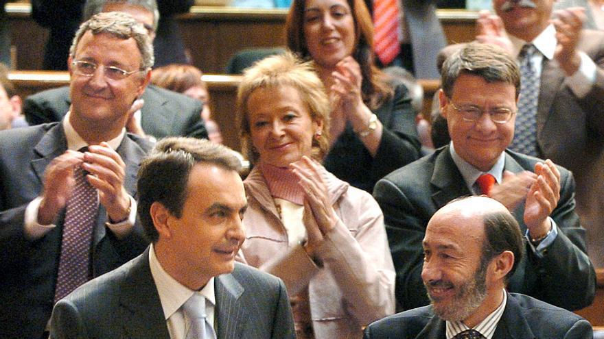 Alfredo Pérez Rubalcaba aplaude a José Luis Rodríguez Zapatero en su intervención en la primera sesión del debate de investidura de 2004