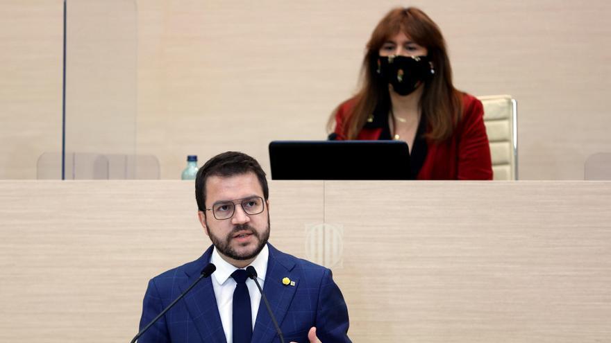 El candidato de ERC a la presidencia de la Generalitat, Pere Aragonès, junto a la presidenta del Parlament, Laura Borràs. EFE/Quique García