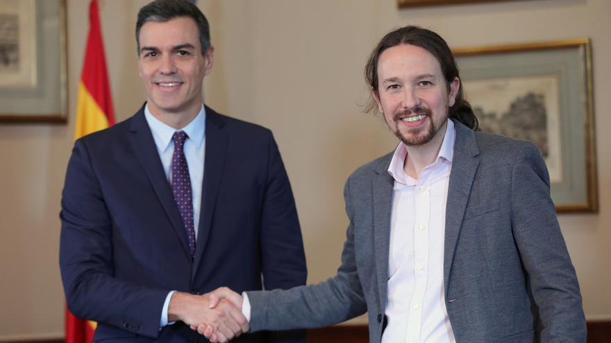 Sánchez e Iglesias se funden en un abrazo tras sellar con su firma el acuerdo para un gobierno de coalición