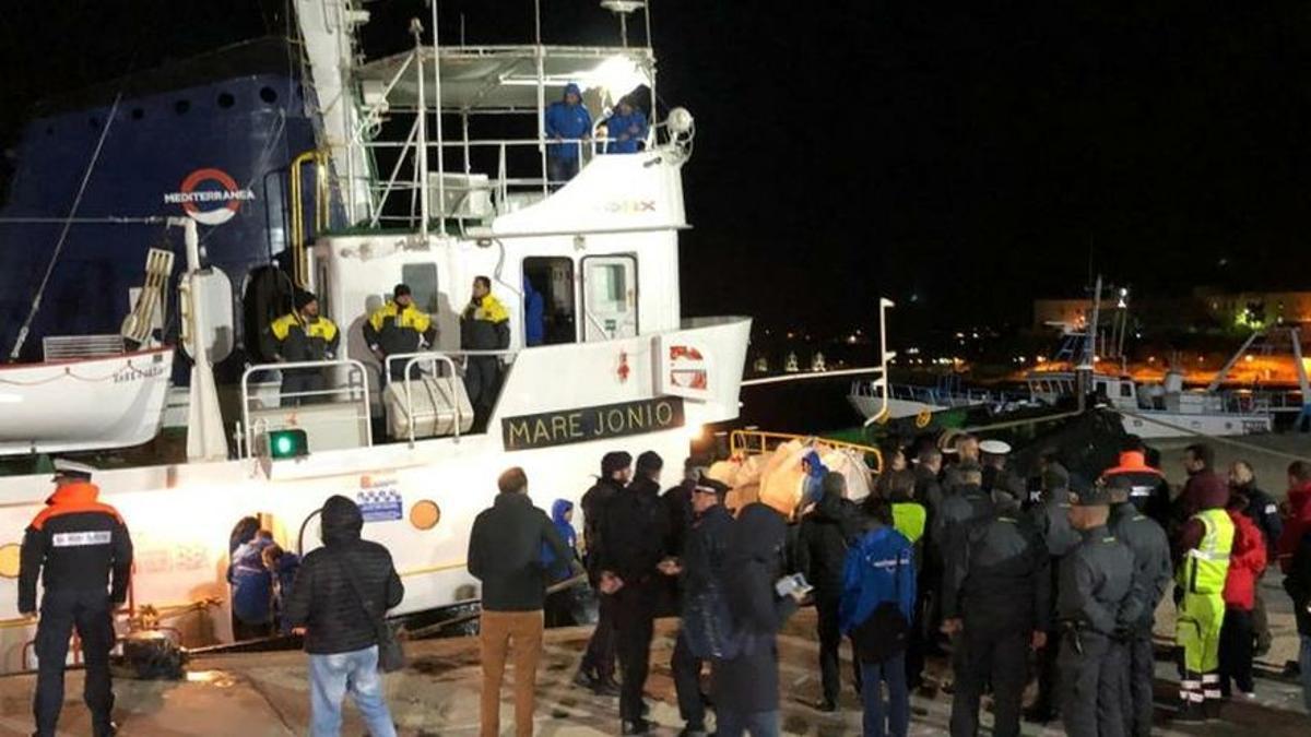 Italia investiga al comandante del barco de la ONG que rescató a 50 migrantes