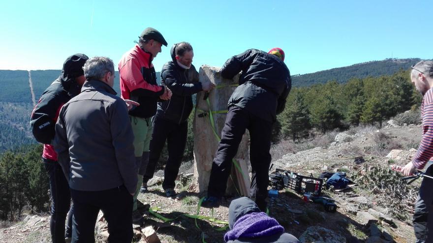 Varios voluntarios trabajando esta mañana en la colocación de la placa.