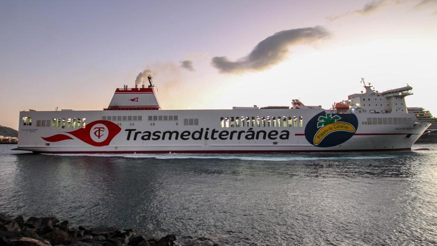 El buque  'Villa de Tazacorte' atraca en el Puerto de Santa Cruz de La Palma