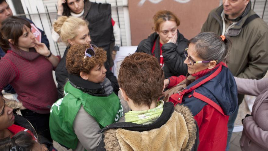 Simpatizantes de la PAH, junto a Charo tras el desahucio / Juanza Zarza \ DISO Press
